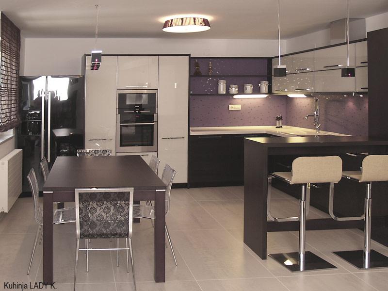 Izvlačni mehanizam DISPENSA Swing ugrađen je u visoke ormare kuhinje
